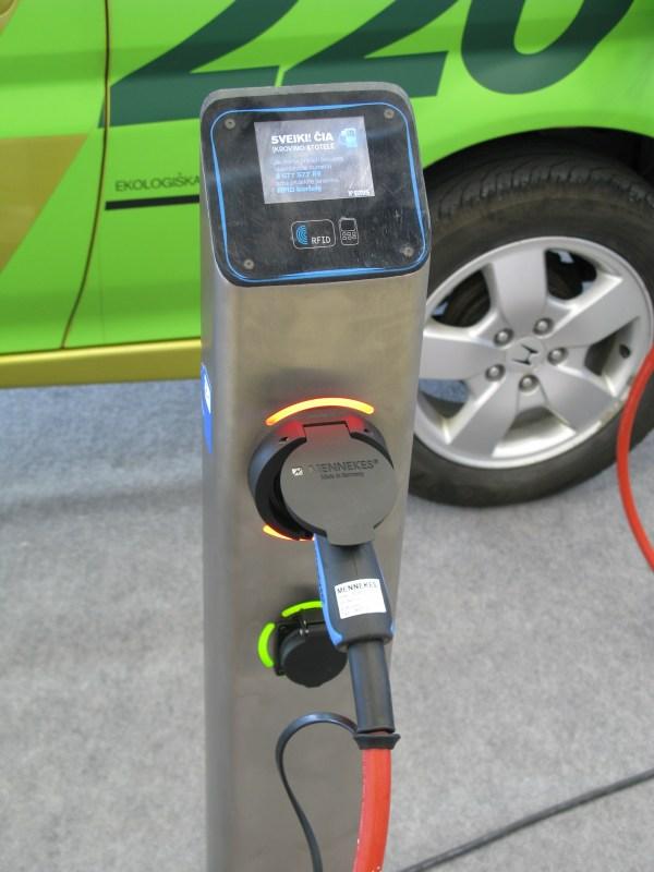 UAB Elektromotus pristatyta elektromobilių įkrovimo stotelė